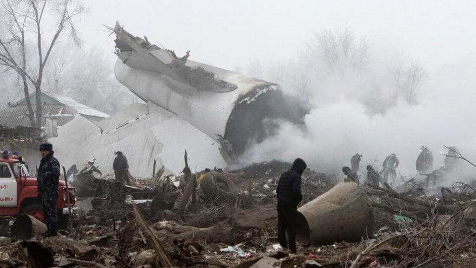 Aereo turco precipita su case in Kirghizistan: almeno 37 morti - Foto La Stampa