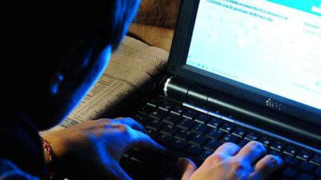 Pedofilia: adescava minorenni in chat, arrestato
